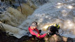 Homem é resgatado após criança notar que ele sumiu e chamar os bombeiros, em Caldas Novas