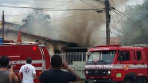 Casa fica destruída após pegar fogo em bairro de Goiânia