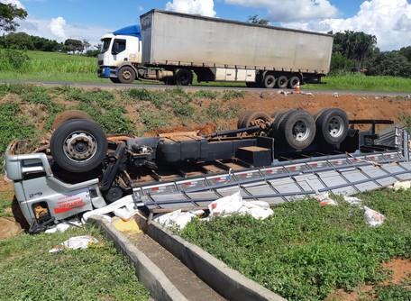 No município de Morrinhos, caminhao capota na BR 153 e mata condutor