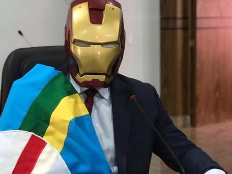 Vereador de Caldas Novas posta foto na sessão com máscara do Homem de Ferro