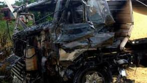 Caminhão e trem batem e carga de soja fica espalhada na pista, em Goiás