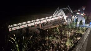 Caminhão sai da pista e mata  motorista na BR 153, em Pontalina