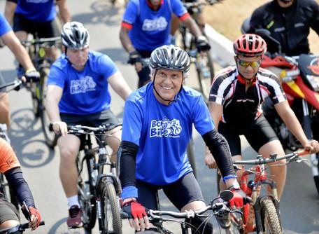 Ao lado de 4 mil ciclistas, governador pedala no Bora Bike em Anápolis
