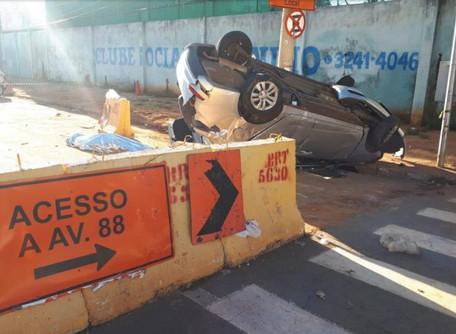 Jovem morre e outros dois ficam feridos após veículo bater com bloqueio de concreto, em Goiânia