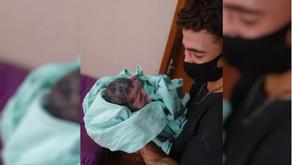 Pai relata 'pânico e emoção' ao ter de fazer o parto do próprio: 'só tinha visto em filme'