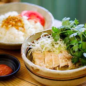 鶏肉とスープをかける海南鶏飯【多国籍バルHAL BAL/二宮】