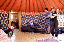 האוהלים-קרובים לאדמה… אבל בסטייל.  שתי יורטות- אוהלים מונגוליים עגולים ומרווחים עם רצפת עץ יצוקה לאדמה, האוהלים מוארים היטב ומבודדים באופן שנעים לשהות  בתוכם בכל ימות השנה, ועל מנת להתאים את האווירה לכולם, אנו מחממים את האוהלים בחורף ומאווררים אותם בקיץ.