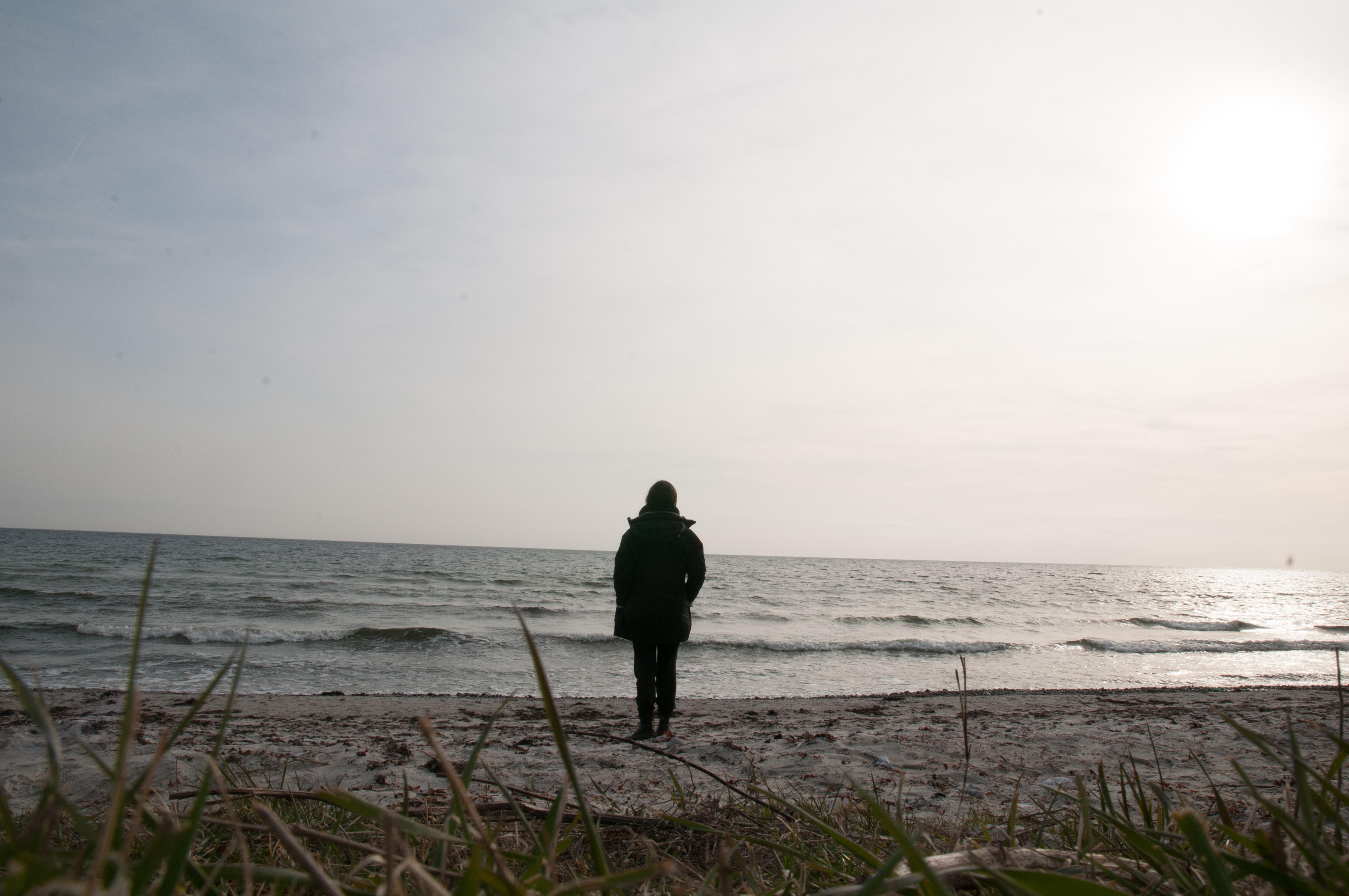 Einsamer Wanderer am Meer