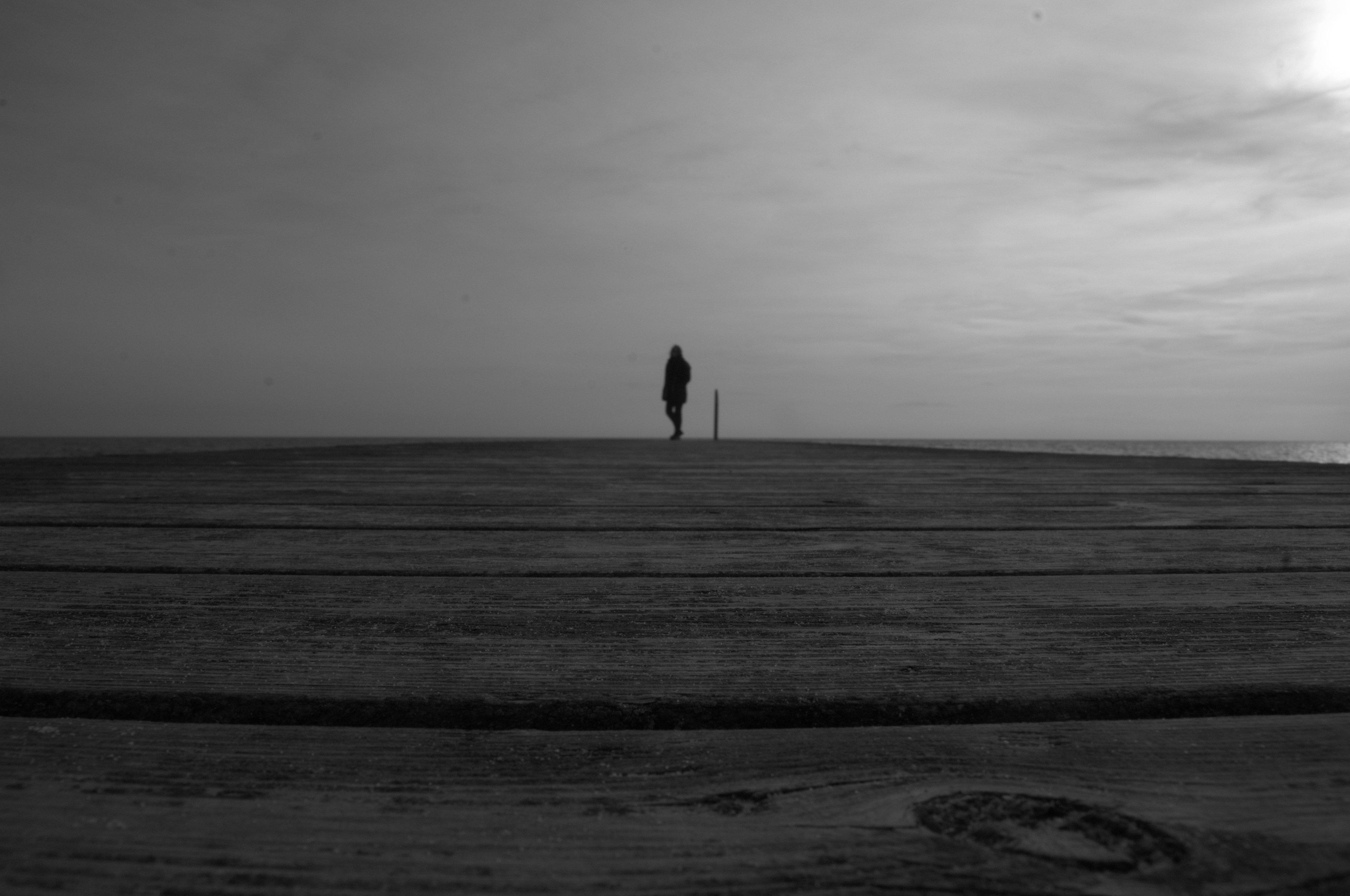 Einsamer Wanderer auf Steg
