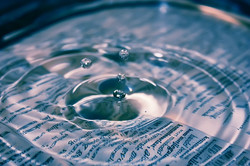 water-beweging op letters-papier