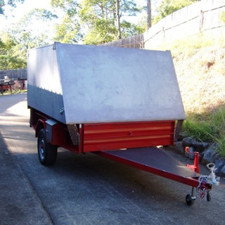 Side toolboxes and fully checkerplated drawbar for easy access to front of trailer. (see next image)