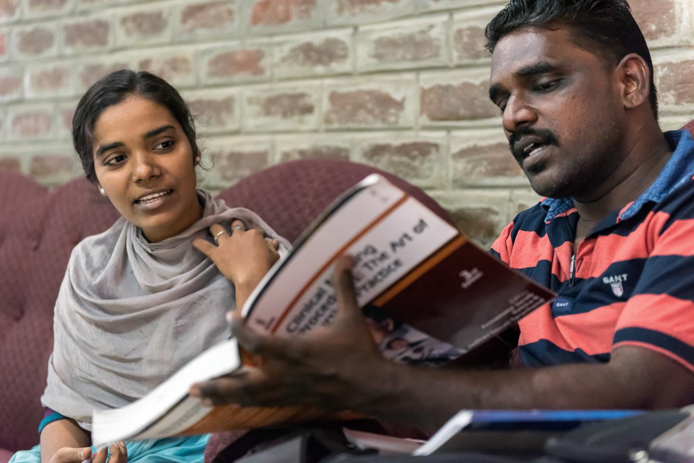 Kowsalya sera bientôt la première gitane diplômée en études supérieures. Elle a choisi le métier d'infirmière pour pouvoir prodiguer des soins aux membres de sa communauté.