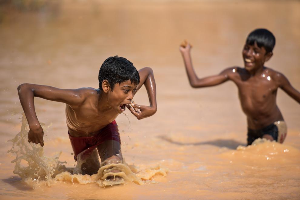 Moments de jeux lors d'une sortie organisée par l'association SAMUGAM. Libérés de la maltraitance, les enfants retrouvent leur insouciance.