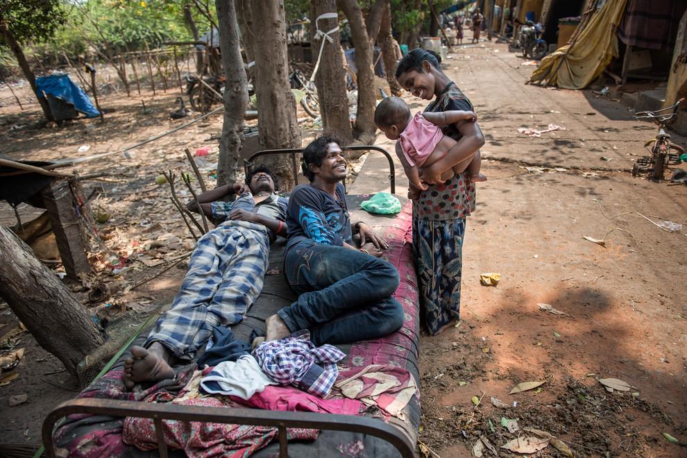 Élever un enfant dans ce lieu relève de l'exploit, pourtant les naissances sont nombreuses malgré les conditions sanitaires précaires.