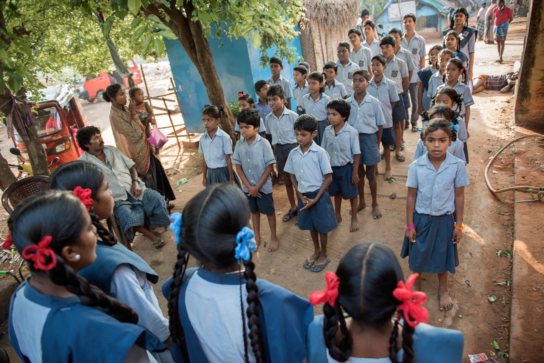 SAMUGAM apporte une logistique importante au service des enfants gitans ; petit-déjeuner, crèche, ramassage scolaire... L'hymne national indien fait partie du rituel quotidien.