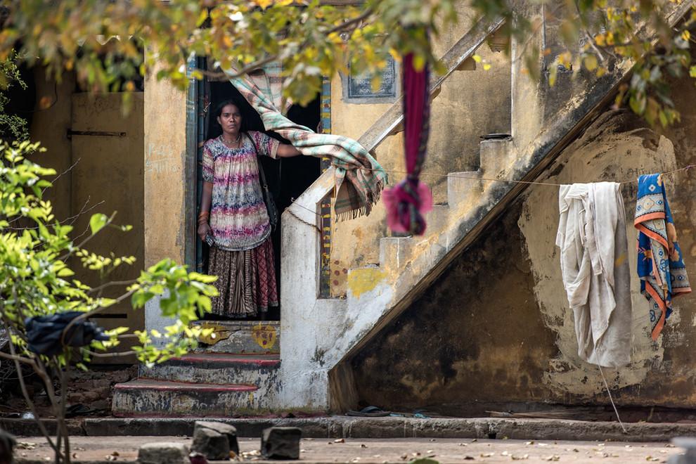 Près de l'aéroport, sur un terrain vague infertile, le ghetto : les familles ont encore du mal à investir ces habitations en béton construites pour eux par le gouvernement.