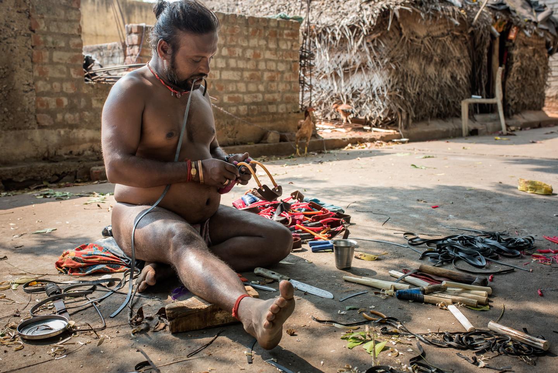 Fabrication artisanale de lance-pierres destinés au braconnage et à la vente.