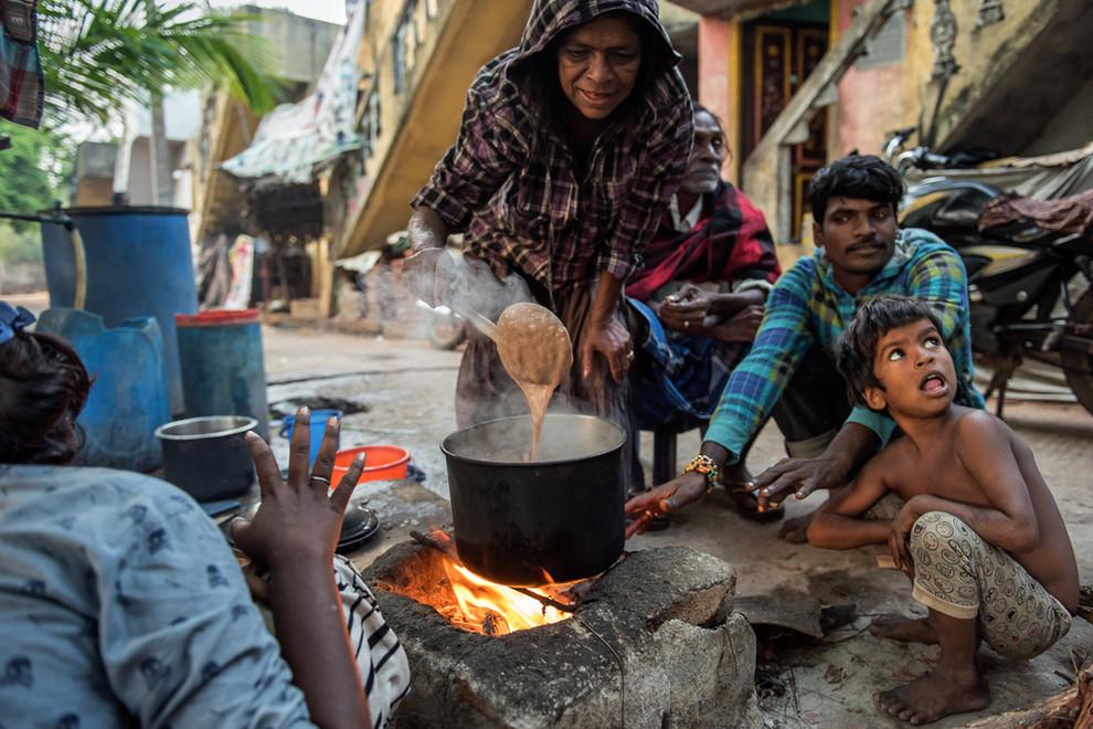 Petit déjeuner dominical : les enfants levés à l'aube et les adultes encore ivres de la nuit, se partagent une bouillie de restes.