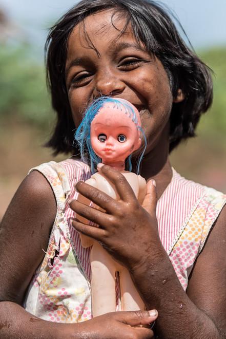 À 6 ans, Kaviya, petite gitane au caractère affirmé, accumule bien des traumatismes pour son jeune âge. Sa vie est sur le point de basculer... Kaviya va aller vivre à JALY HOME.