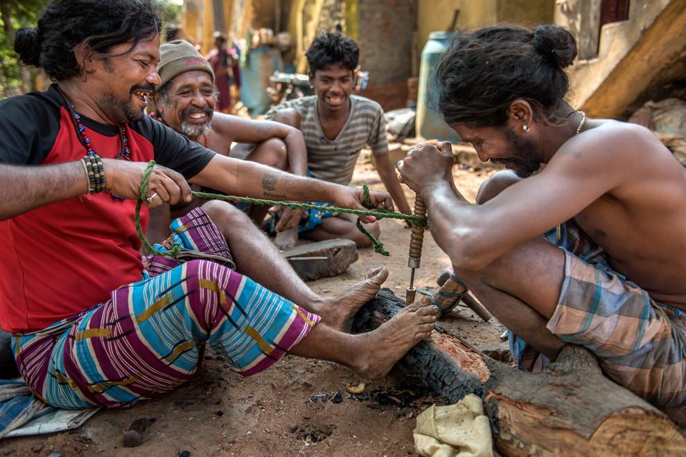Les hommes broient de la corne, la mélangent au charbon pour fabriquer de la poudre à canon.