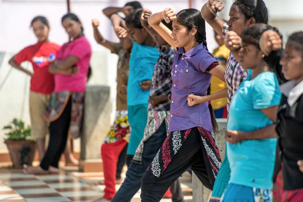 À JALY HOME les enfants ont accès à de nombreuses activités : danse, musique, informatique, mais c'est dans le cours de karaté que les filles sont majoritaires.