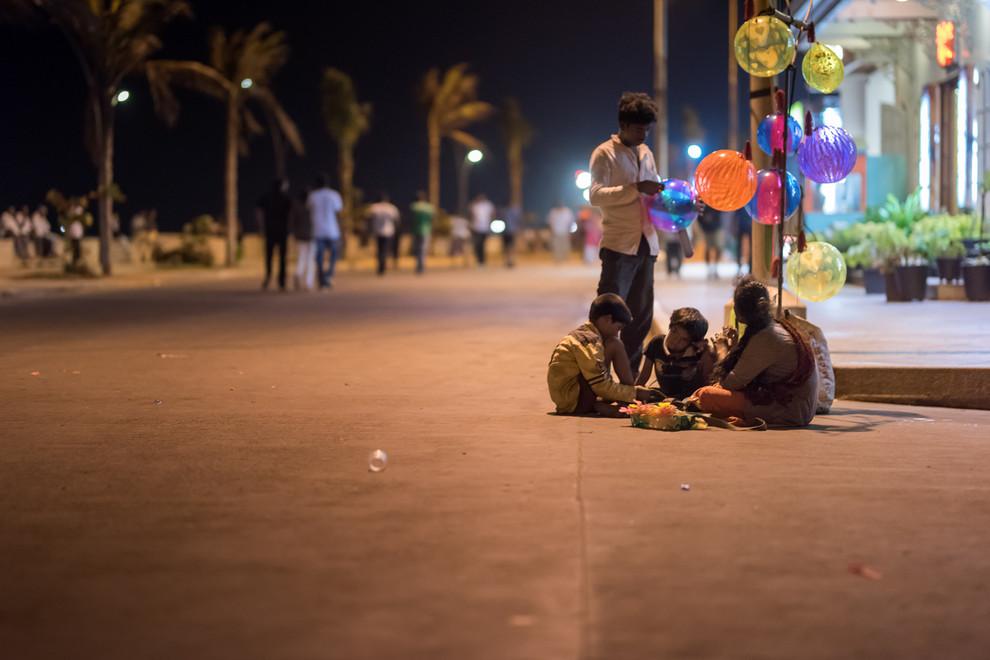 En bord de mer, l'avenue la plus huppée de la ville, où se retrouvent et se mélangent tous les habitants. Sauf eux.