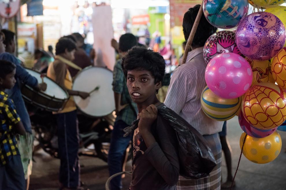 Tous les soirs les enfants marchent une douzaine de kilomètres pour rejoindre la ville. Envoyés par leurs parents, ils font la manche ou vendent ballons et colifichets.