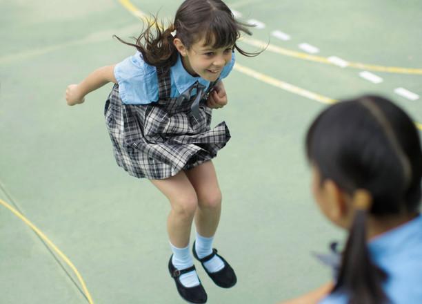 Schoolmeisjes spelen