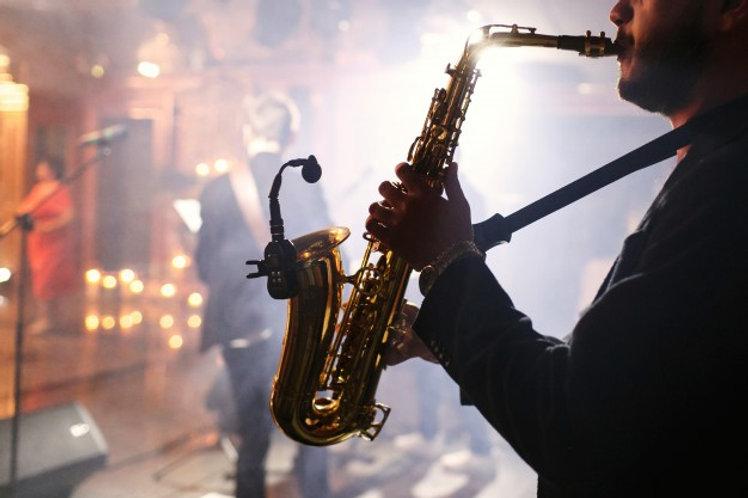 man-plays-saxophone_1304-5306.jpg