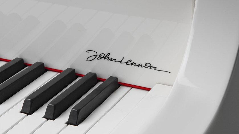 Fallboard_Signature_Closeup_Lennon_Imagi