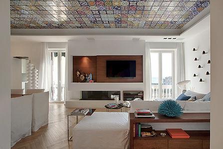 Moderne stue med tak laget av keramikkens flis farget.jpg