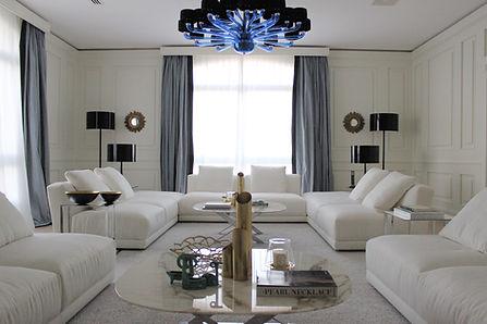 Elegant blå og hvit stue.jpg