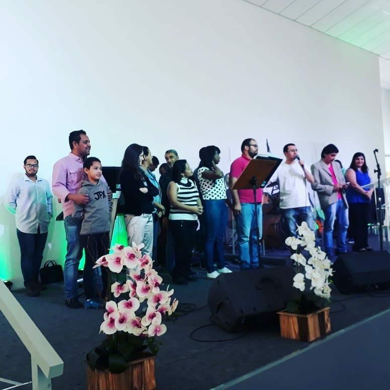 Eduardo, Adriana, família e sua igreja em casa.