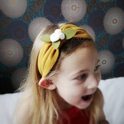 Mädchen mit Kinderhaarreifen Filzblume