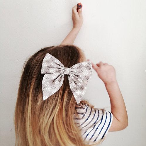 Mädchen mit großer Haarschleife im Haar