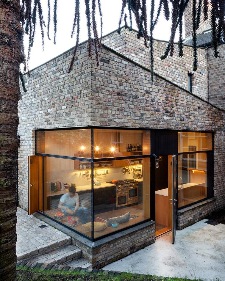 fenêtres aluminium noires extérieur et bois intérieur