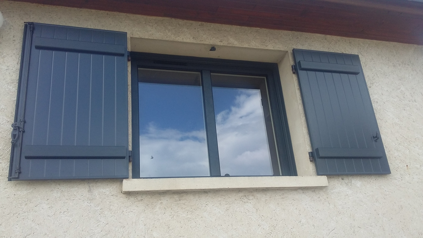 Fenêtre_Aluminium_et_volets_gris.jpg