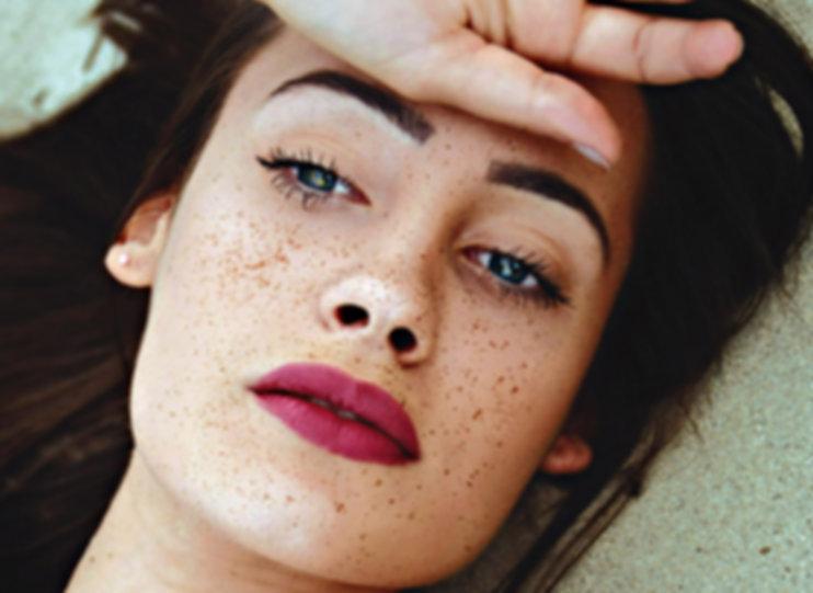 Schöne Mädchen mit Freckles