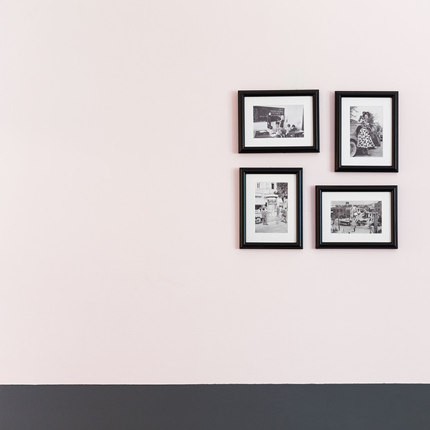 גלרית תמונות, קיר צבוע אפור ורוד