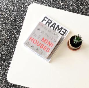 ספרי עיון על שולחן הקפה