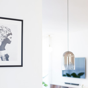 תמונה שחור לבן בקיר המטבח
