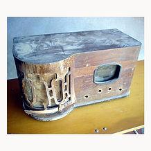 Rádio antigo marca ERLA antes da restauração