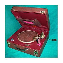 Vitrola à corda portátil marca Victrola após uma restauração completa