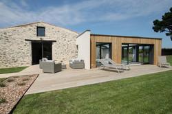 La terrasse de la piscine et sauna