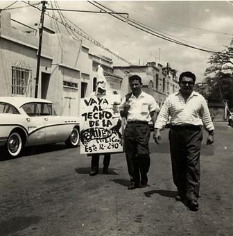Imagen 2. Balleneros promocionando la exposición Homenaje a la Cursilería en 1961: Rodolfo Izaguirre con la máscara, Edmundo Aray en el medio y Carlos Contramaestre.