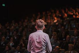 Speaker foran en folkemengde