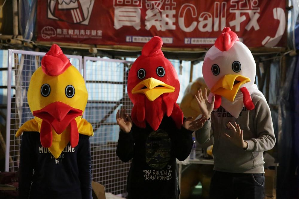 雞年將至,他們想到扮雞招徠,「怪雞」吸客。(黃偉民攝)