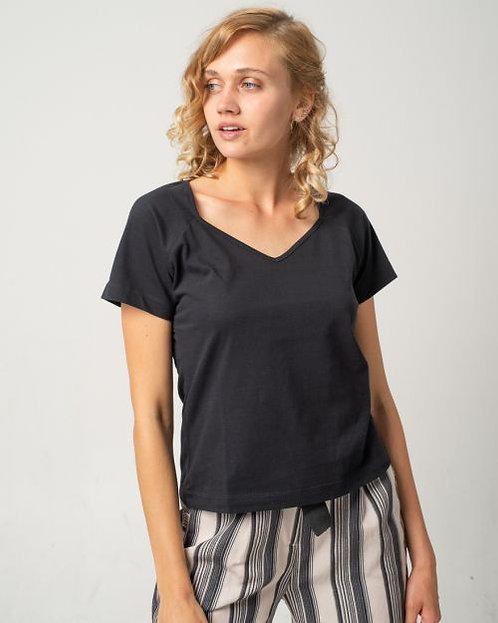 Alma & Lovis Basic-Shirt mit Ausschnitt in Raven