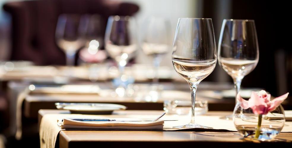 table-setting-restaurant-984x500