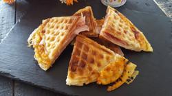 gofres-de-hojaldre-rellenos-de-jamon-y-queso-un-plato-original-y-sabroso